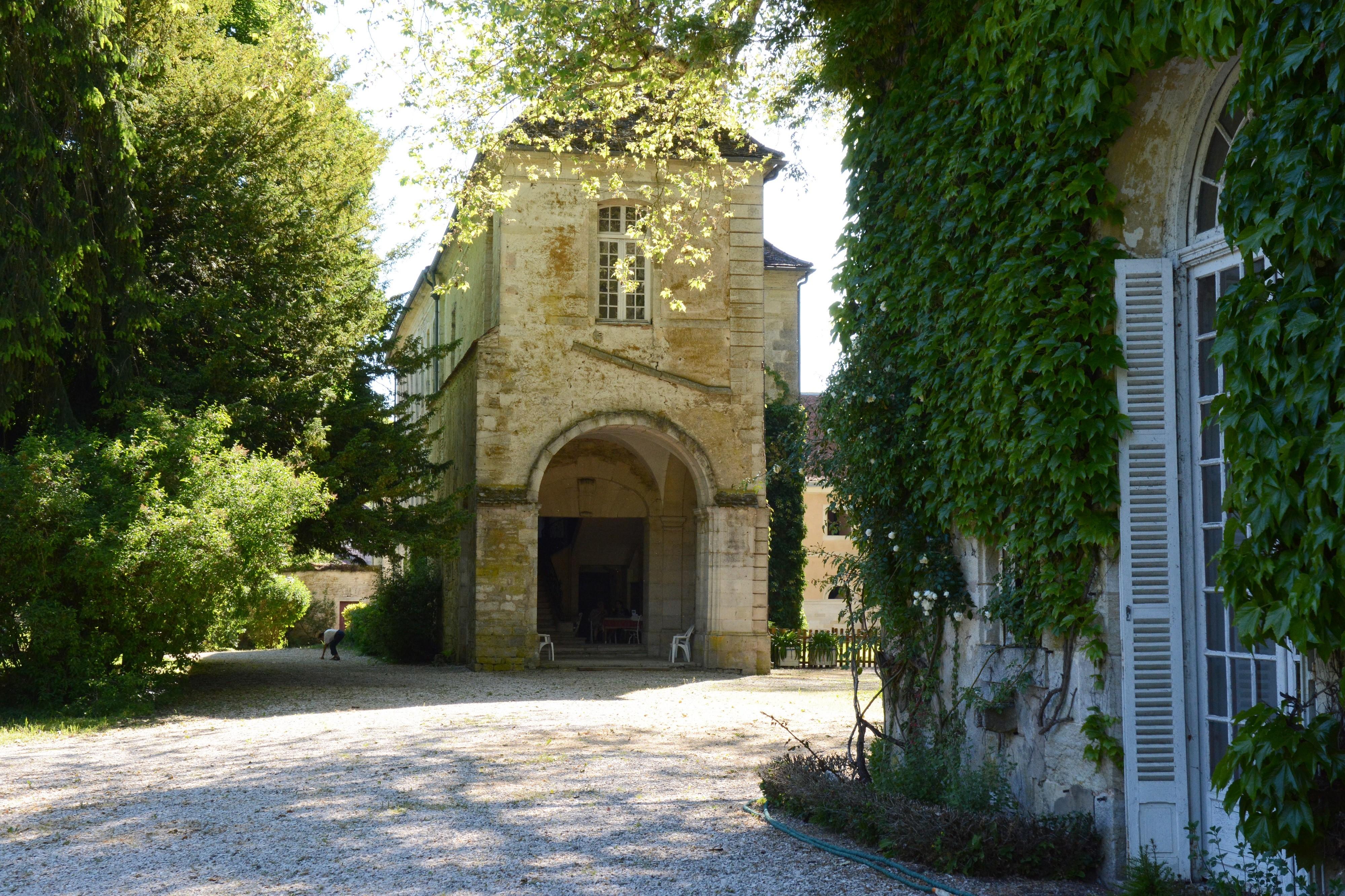 L'Abbaye bénédictine (630), sa bibliothèque, ses anciennes écuries, son jardin de roses.
