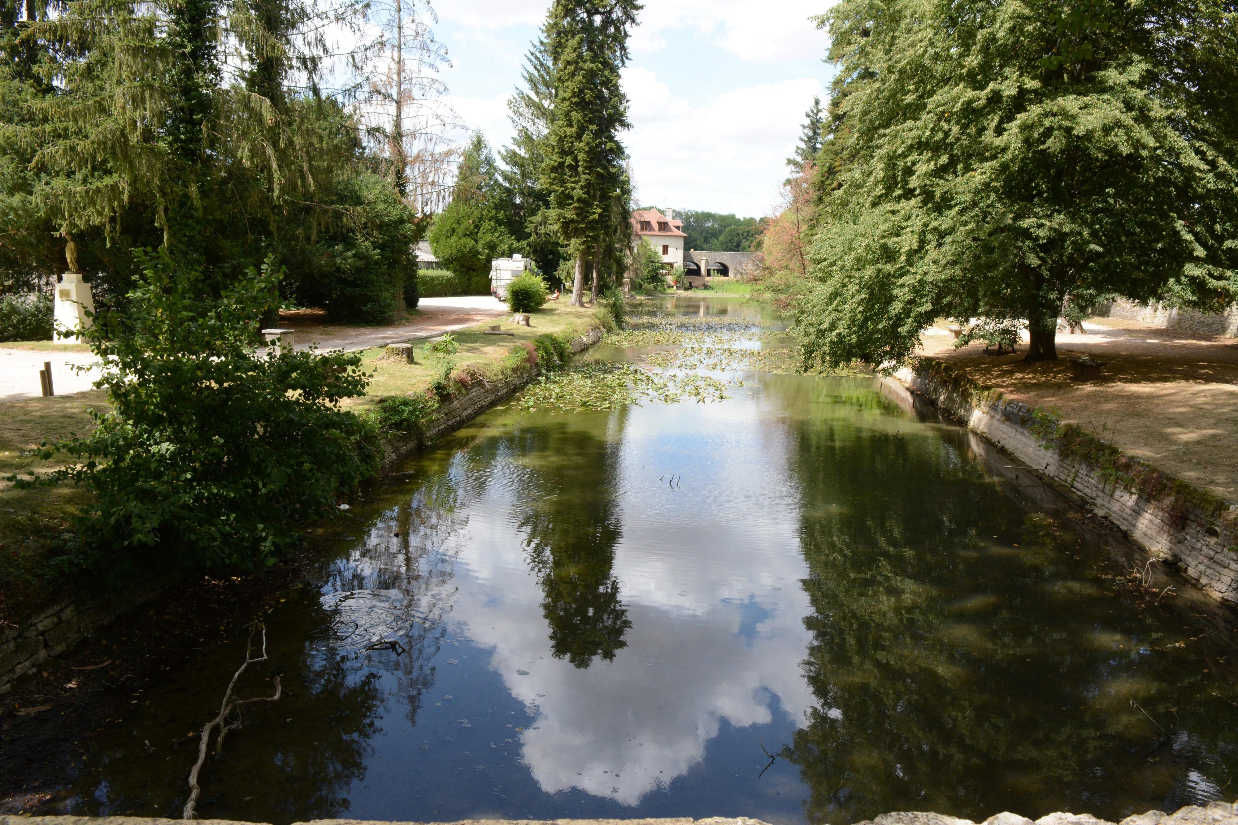 Remontez Rue du Pont Vert : belle vue sur le moulin à farine et sa roue à auget (17e s.)