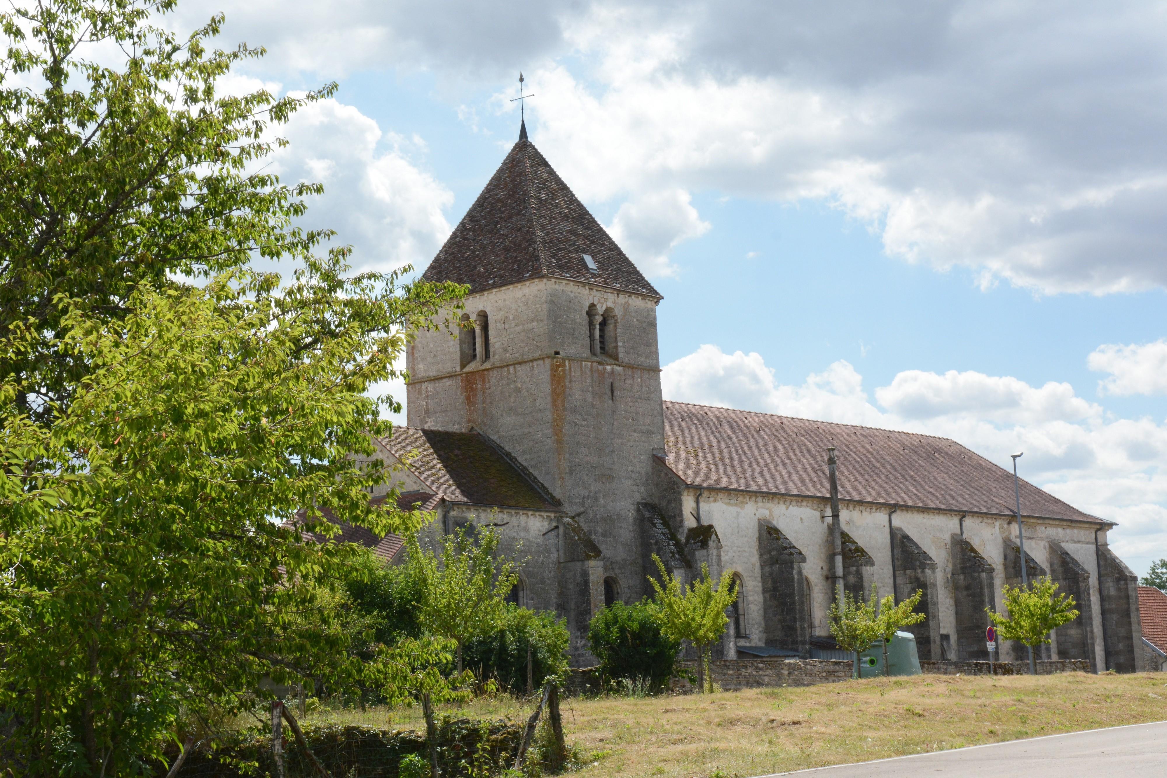 Revenez en ville par le chemin de terre pour rejoindre l'Eglise St Sulpice (13e s.)