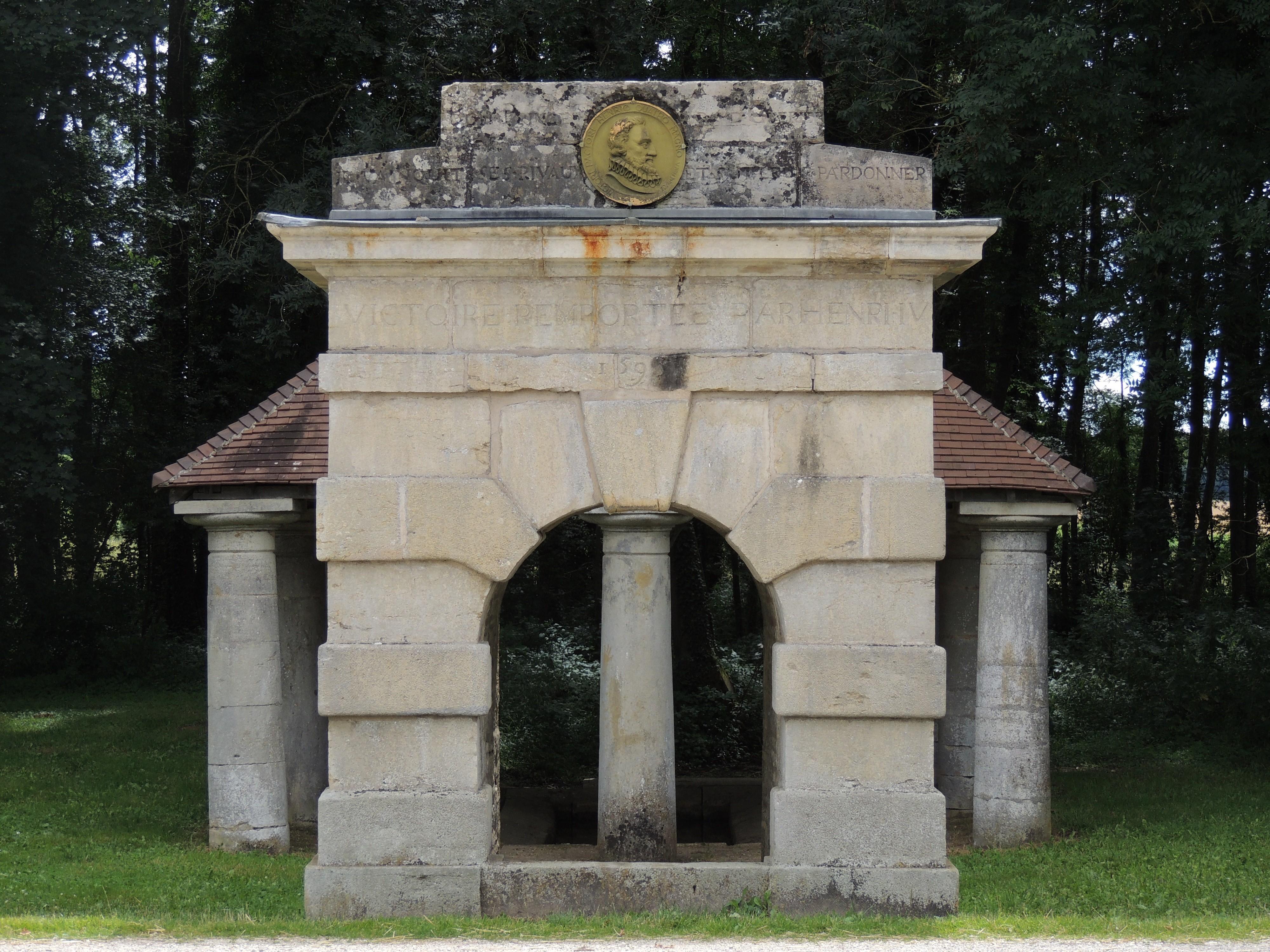 Sur la D960, la Fontaine Henri IV figure l'assaut qui clôt les guerres de religion en 1595
