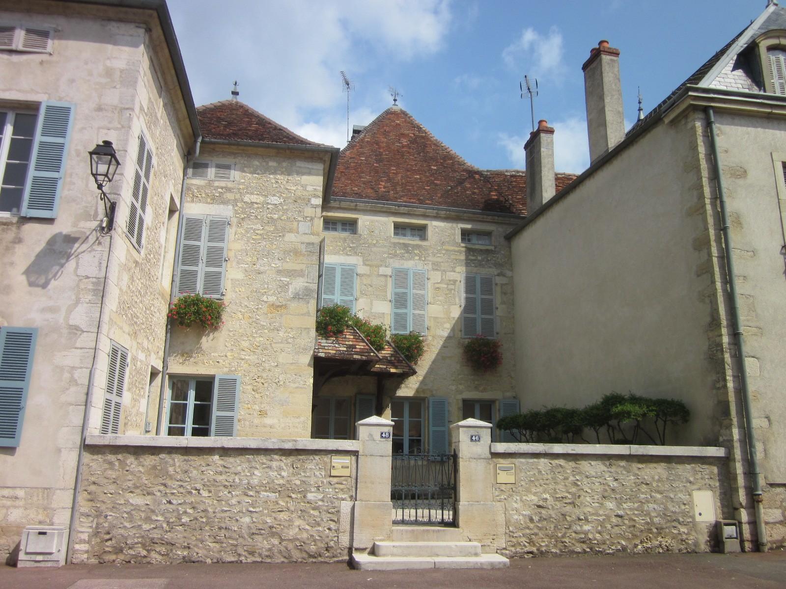Dans la Grande Rue, maisons de notables, une sur cave (la plus ancienne de Mirebeau)